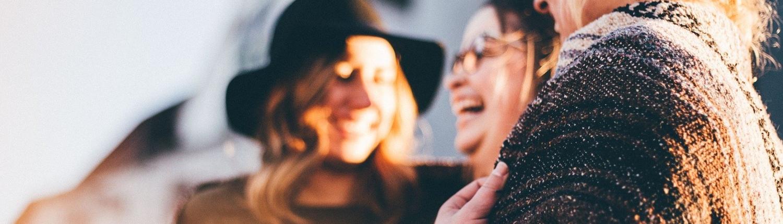 Drei Freundinnen lachen
